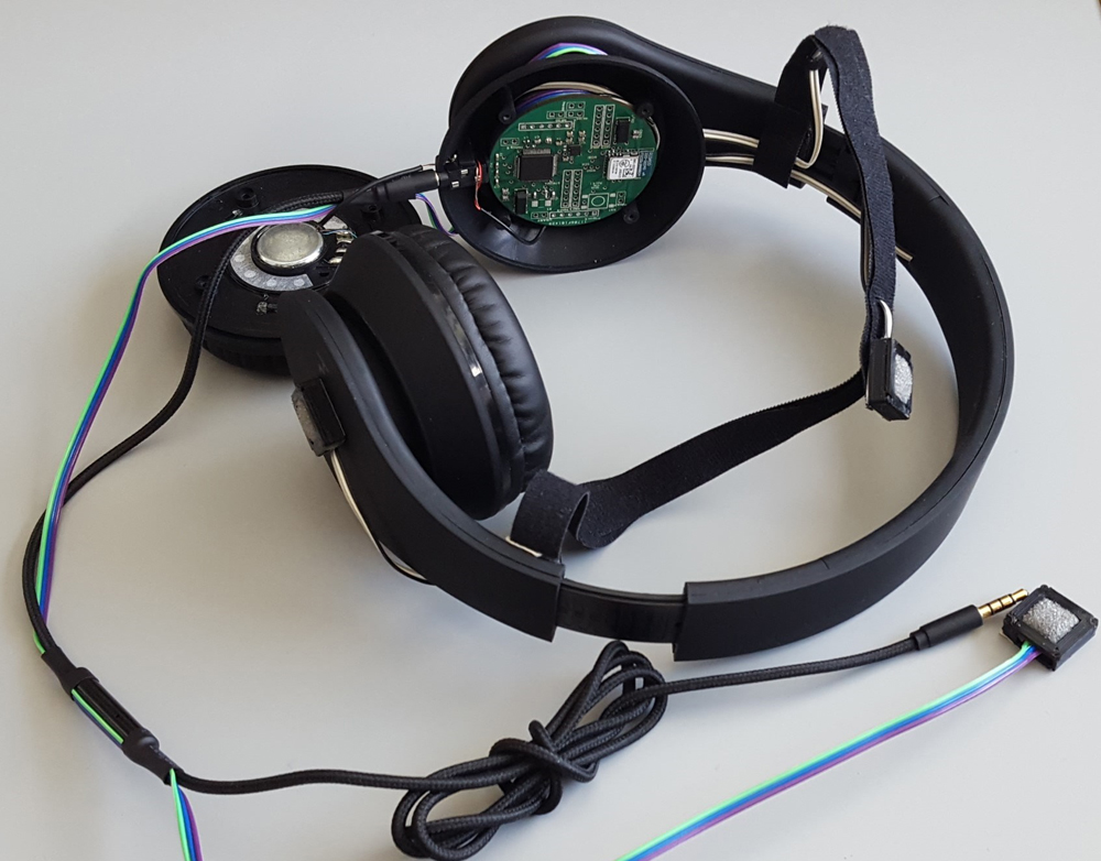 The headset uses an array of four microphones